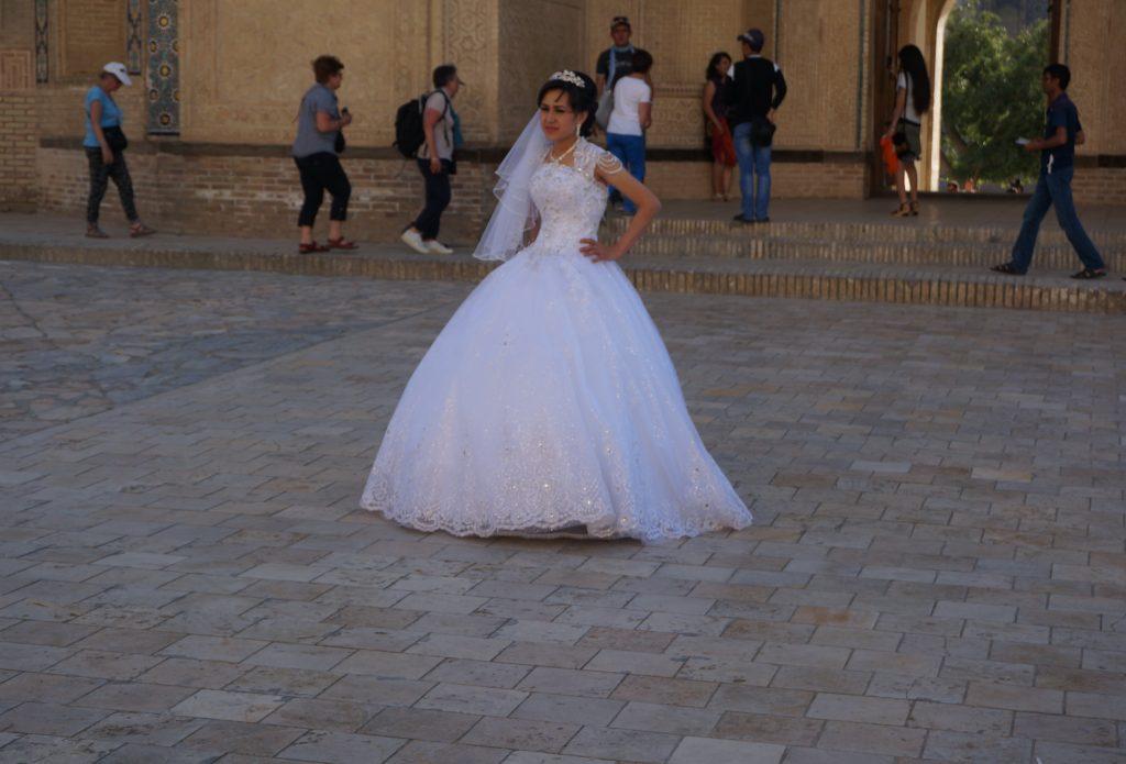 عروس در مقابل مسجد کلان، بخارا
